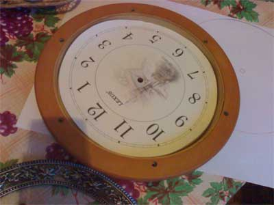Придерживая часы одной